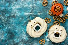 Donuts хеллоуина в белом шоколаде с зубами и глазами на сини Стоковое Фото