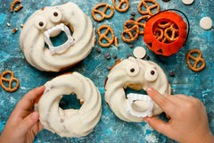 Donuts хеллоуина в белом шоколаде с зубами и глазами на сини Стоковое Изображение RF