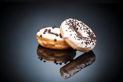 2 donuts шоколада лежа над темным backgroung Стоковые Фотографии RF