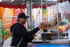 Donuts людей покупая на масленице занятностей западного побережья стоковое фото rf
