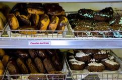 Donuts in dienbladen Royalty-vrije Stock Foto's
