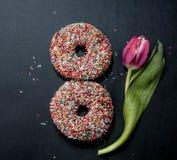 Donuts dla osiem marsz i kwiat na czarnym tle Fotografia Royalty Free