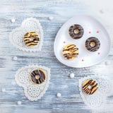 Donuts en Amerikaanse veenbes in Suiker op een Houten Oppervlaktewijnoogst royalty-vrije stock fotografie
