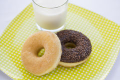 Donuts en Glas melk in tuin Stock Afbeelding