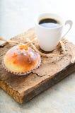 Donuts en koffie op houten achtergrond Stock Foto