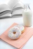 Donuts en melk Stock Afbeeldingen