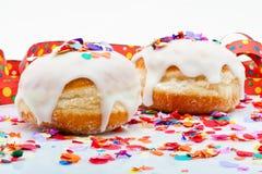 Donuts för ett parti som isoleras på vitbakgrund med, luftar banderoller och konfettiar Royaltyfria Foton