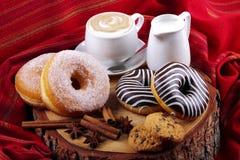 Donuts gestreepte en suikerachtige donuts Royalty-vrije Stock Afbeelding