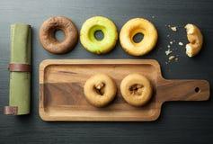 Donuts in houten pan Stock Foto
