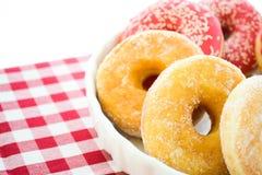 Donuts i en bunke Arkivfoton
