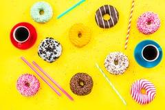 Donuts i kawowego mieszkania nieatutowy wibrujący projekt Zdjęcie Royalty Free