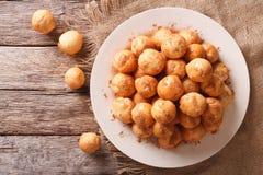 Donuts Loukoumades с концом-вверх меда и циннамона горизонтально Стоковое Изображение