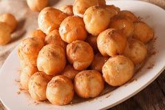 Donuts Loukoumades с концом-вверх меда и циннамона горизонтально стоковая фотография