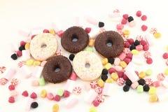 Donuts, många ljusa godisar och marshmallower Royaltyfria Bilder