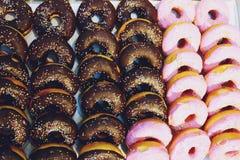 Donuts med choklad- och jordgubbekräm royaltyfri foto