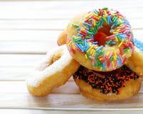 Donuts med färgrik glasyr Arkivfoton