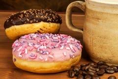 Donuts med kaffe Annonsering för försäljningen av sötsaker Söt frukostrisk av fetma arkivbild