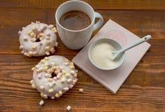 Donuts med marshmallowen royaltyfri bild