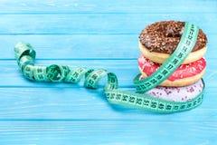Donuts med metern arkivfoton