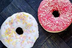 Donuts met bevriezen bestrooit landschapsbovenkant Royalty-vrije Stock Fotografie
