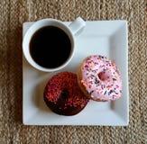 Donuts met kop van zwarte koffie Stock Foto
