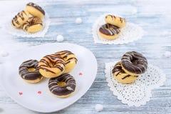 Donuts met op Servetten in de vorm van een Hart en een Amerikaanse veenbes binnen royalty-vrije stock afbeeldingen