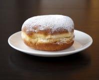 Donuts met poedersuiker tegen donkere achtergrond Royalty-vrije Stock Afbeeldingen