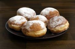Donuts met poedersuiker tegen donkere achtergrond Stock Foto