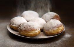 Donuts met poedersuiker tegen donkere achtergrond Royalty-vrije Stock Foto's