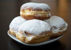 Donuts met poedersuiker tegen donkere achtergrond Stock Foto's