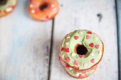 Donuts met suikerglazuur bestrooit Royalty-vrije Stock Afbeeldingen