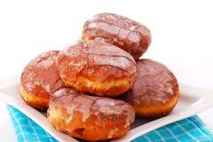Donuts met suikerglazuur dat op wit wordt geïsoleerd Stock Afbeeldingen