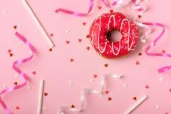 Donuts met suikerglazuur op pastelkleur roze achtergrond met copyspace Swee stock foto's