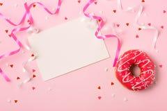 Donuts met suikerglazuur op pastelkleur roze achtergrond met copyspace Swee stock afbeelding