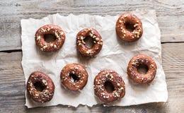 Donuts met verpletterde noten wordt bestrooid die Stock Afbeeldingen