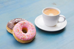 Donuts met zwarte koffie Stock Foto's