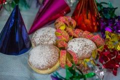 Donuts mit Papierschlangen für Karneval Stockfoto