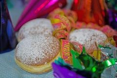 Donuts mit Papierschlangen für Karneval Lizenzfreie Stockfotografie