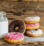 Donuts och mjölkar detaljen Arkivbilder