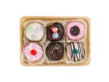 Donuts op houten dienblad Stock Afbeelding
