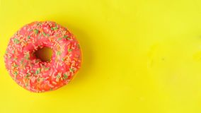 Donuts op pastelkleur gele achtergrond stock foto