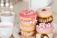 Donuts op witte plaat Stock Afbeeldingen