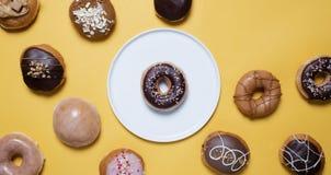 Donuts på en gul bakgrund royaltyfri bild