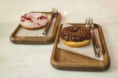 Donuts på en tabell i ett kafé royaltyfri foto