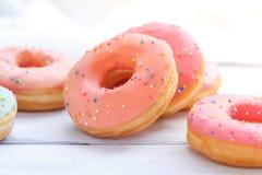 Donuts på en träbakgrund Arkivbild