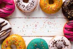 Donuts på en träbakgrund Arkivfoto