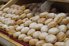 Donuts på hylla i lager Royaltyfria Foton