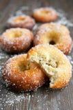 Donuts på trä bordlägger Arkivbild