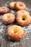 Donuts på trä bordlägger Royaltyfri Bild