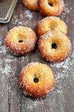Donuts på trä bordlägger Royaltyfria Bilder